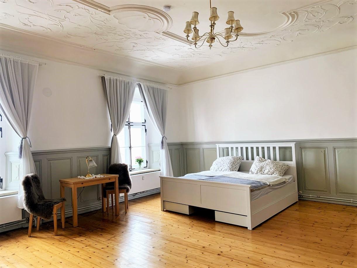 Schlafzimmer mit King-Size Bett (180 x 200 cm) und 3 großen Fernstern