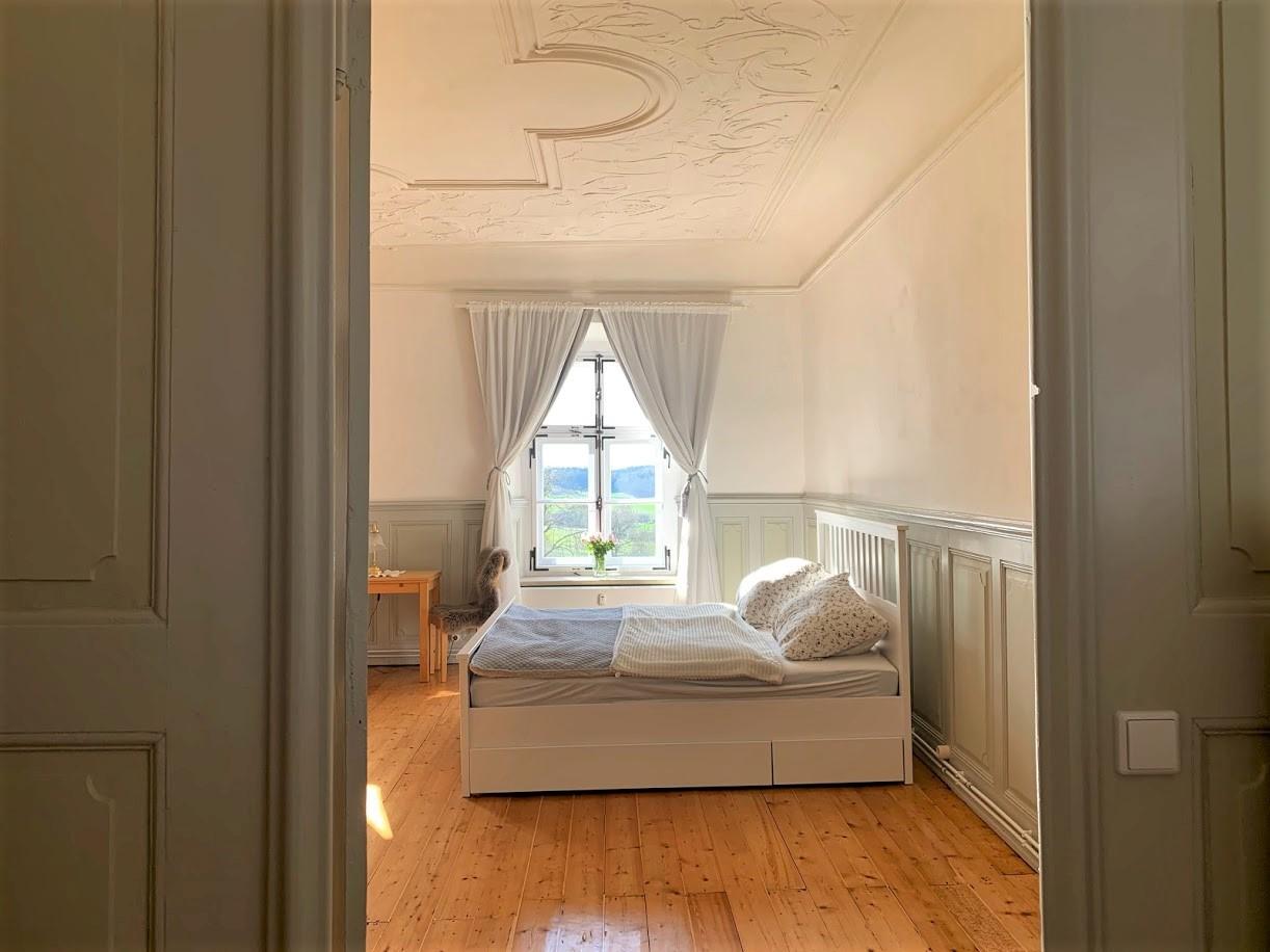 Blick aus der Küche ins Schlafzimmer